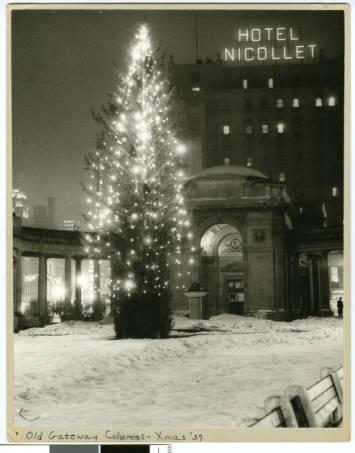 Old_Gateway_Columns_at_Christmas_Minneapolis_Minnesota, 1937, HHM